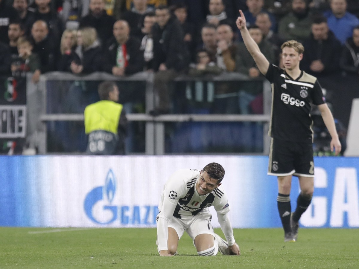 Cristiano Ronaldo and Frankie de Jong in the background