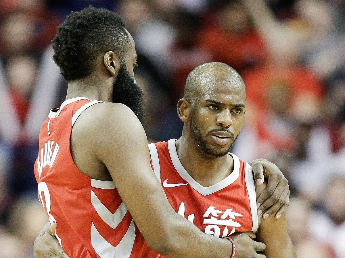 Basketbalisti Houstonu Rockets Chris Paul (vpravo) a James Harden sa objímajú po strelení koša za tri body