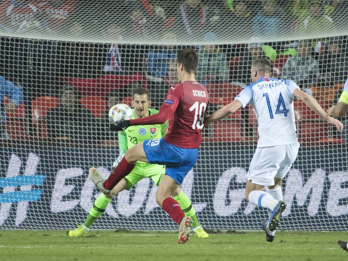 On the left, Savior's backpack, Martin Dúbravka, is the right defender of Milan Škriniar, in the middle of a Russian stripper Patrik Schick to push a visit
