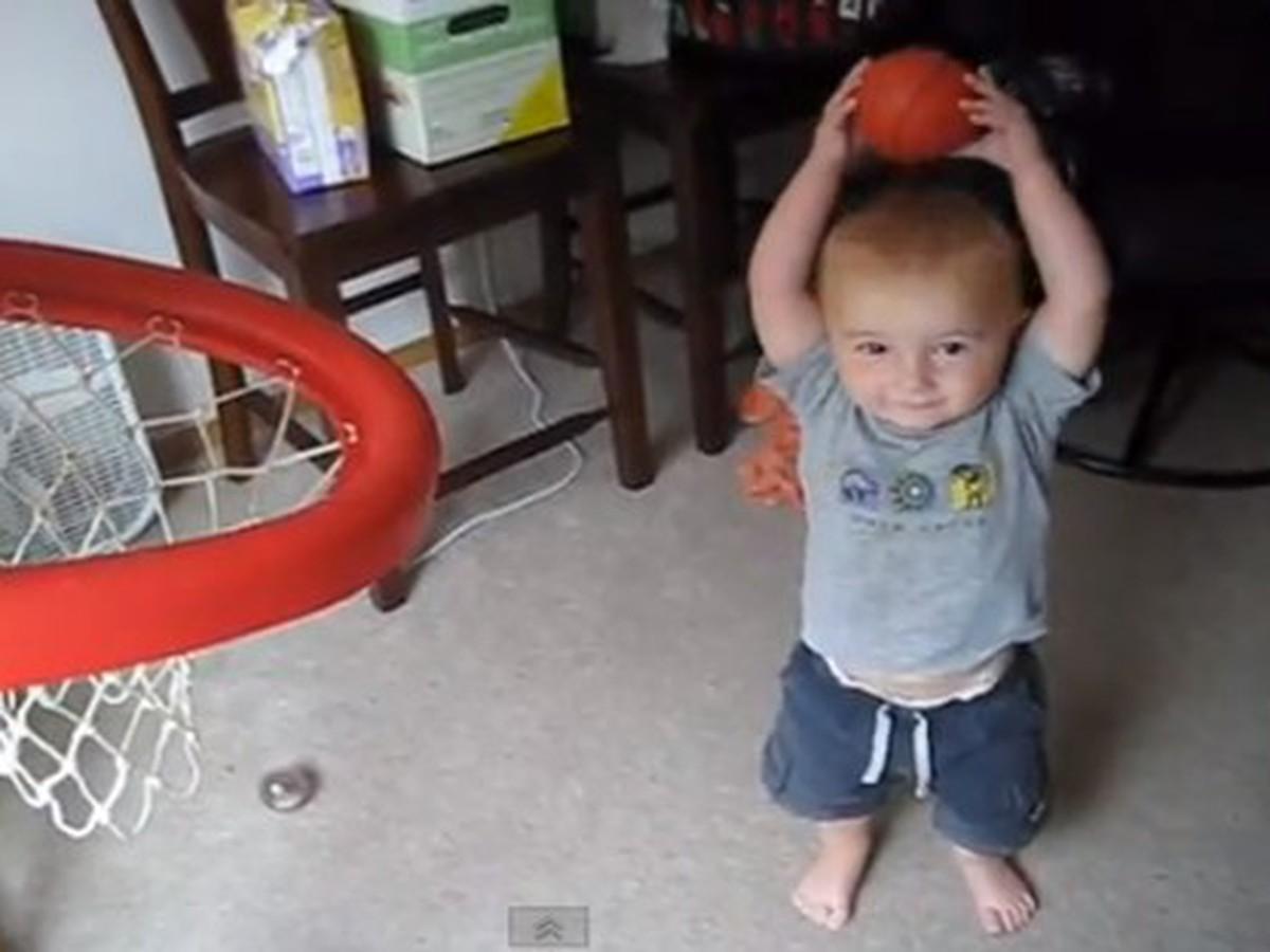 Nová hviezda nba na obzore: batoľa hrá basketbal ako profesionál