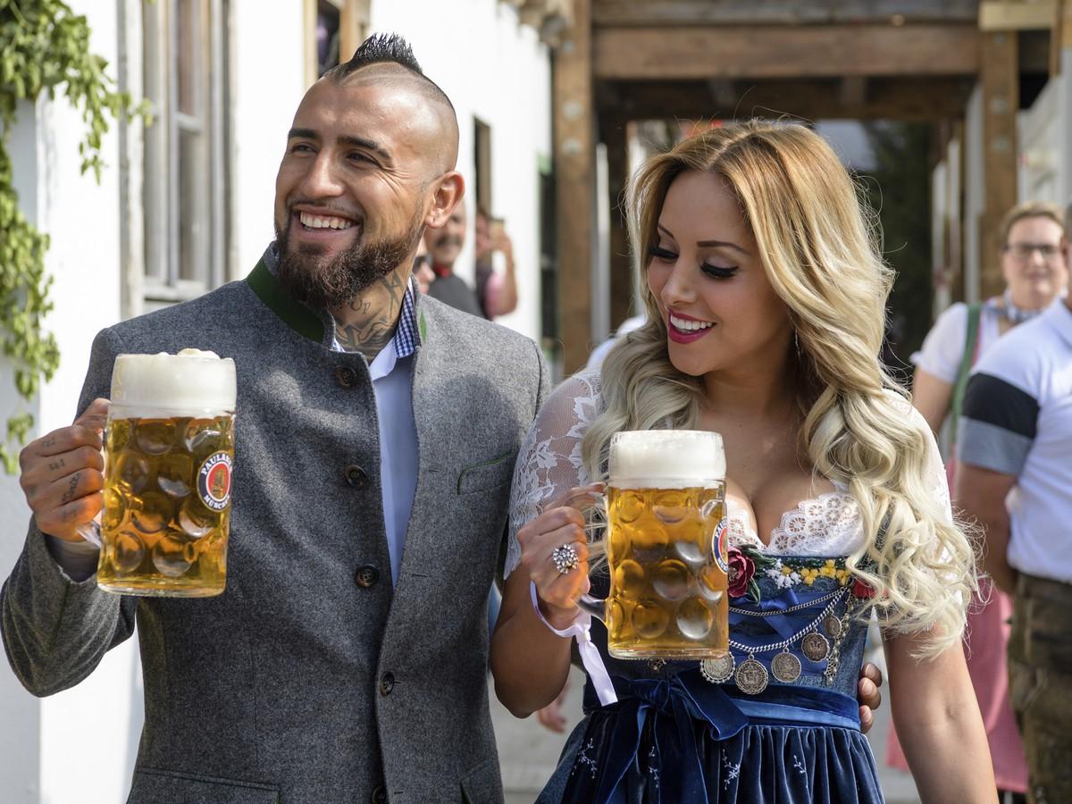 FOTO Futbalisti Bayernu vyvetrali partnerky: Sexi kroje a pivo v ruke!