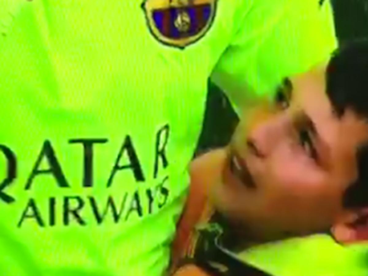 VIDEO Dojemné chvíle pre mladého fanúšika: Hviezdu Barcelony nechcel pustiť z objatia