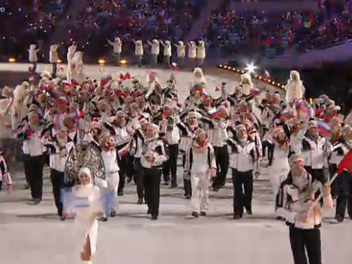 Slovenská výprava na ploche olympijského štadióna v soči, vlajku
