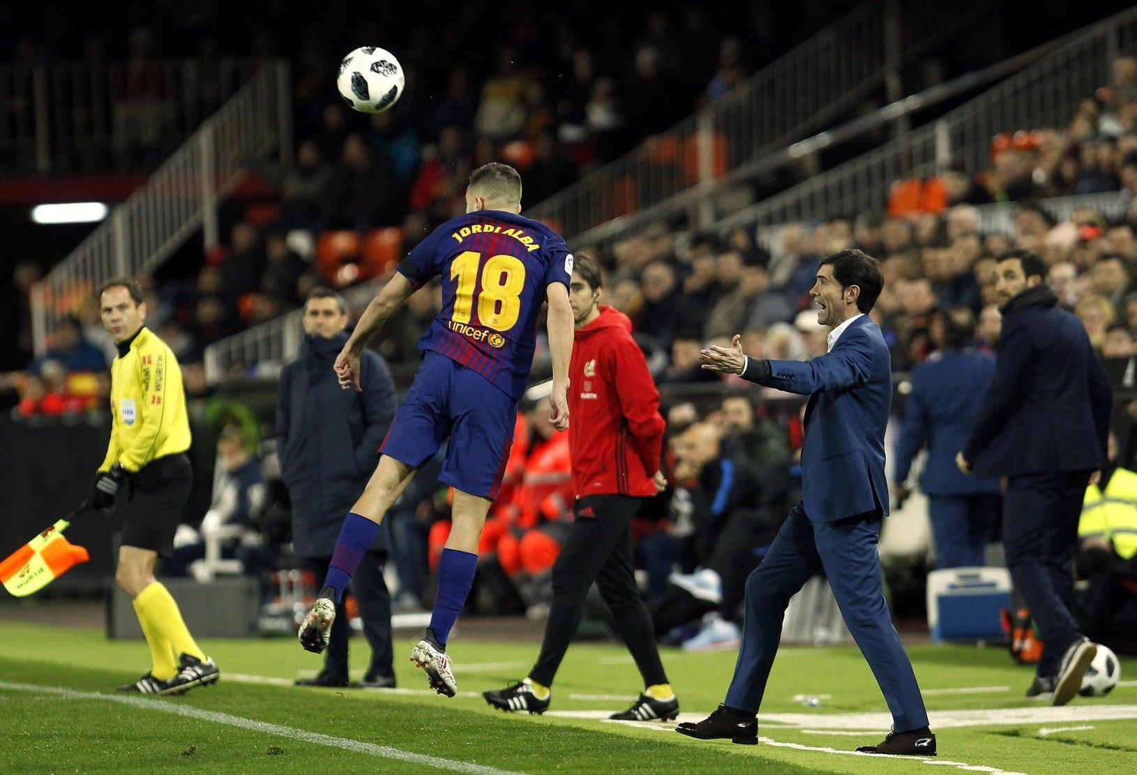 Hlavičkujúci Jordi Alba a