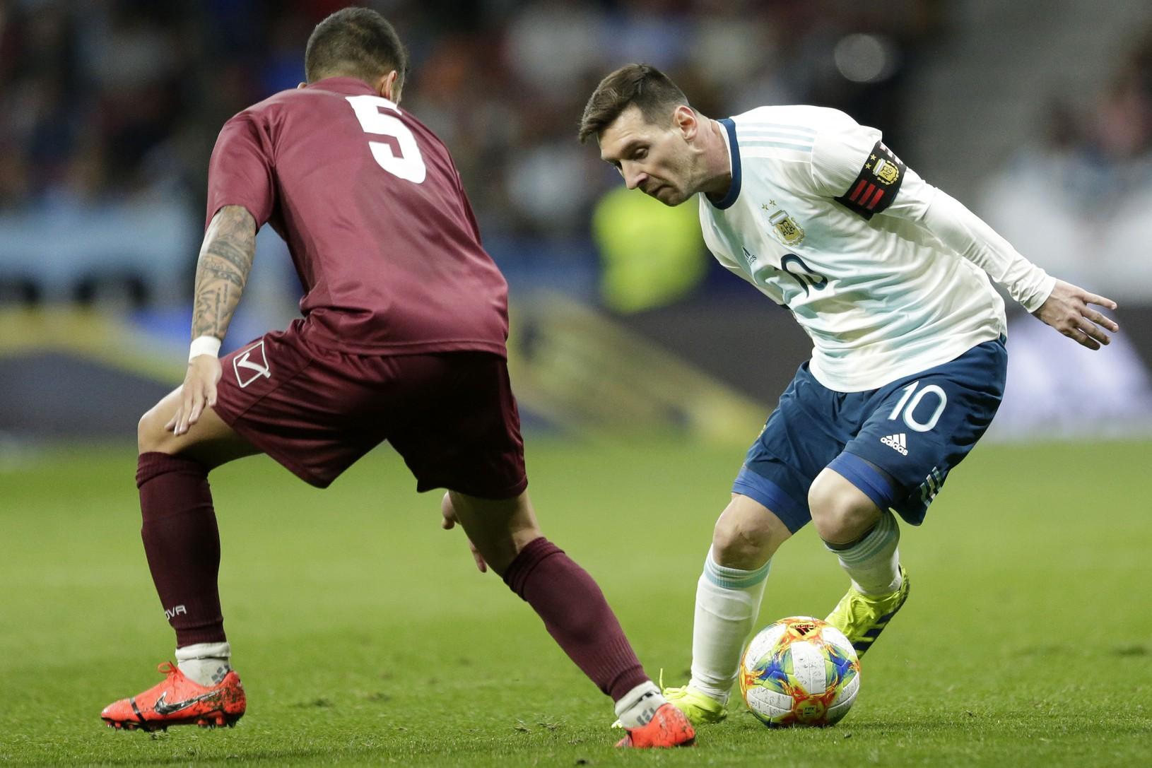 Lionel Messi (v bielom)