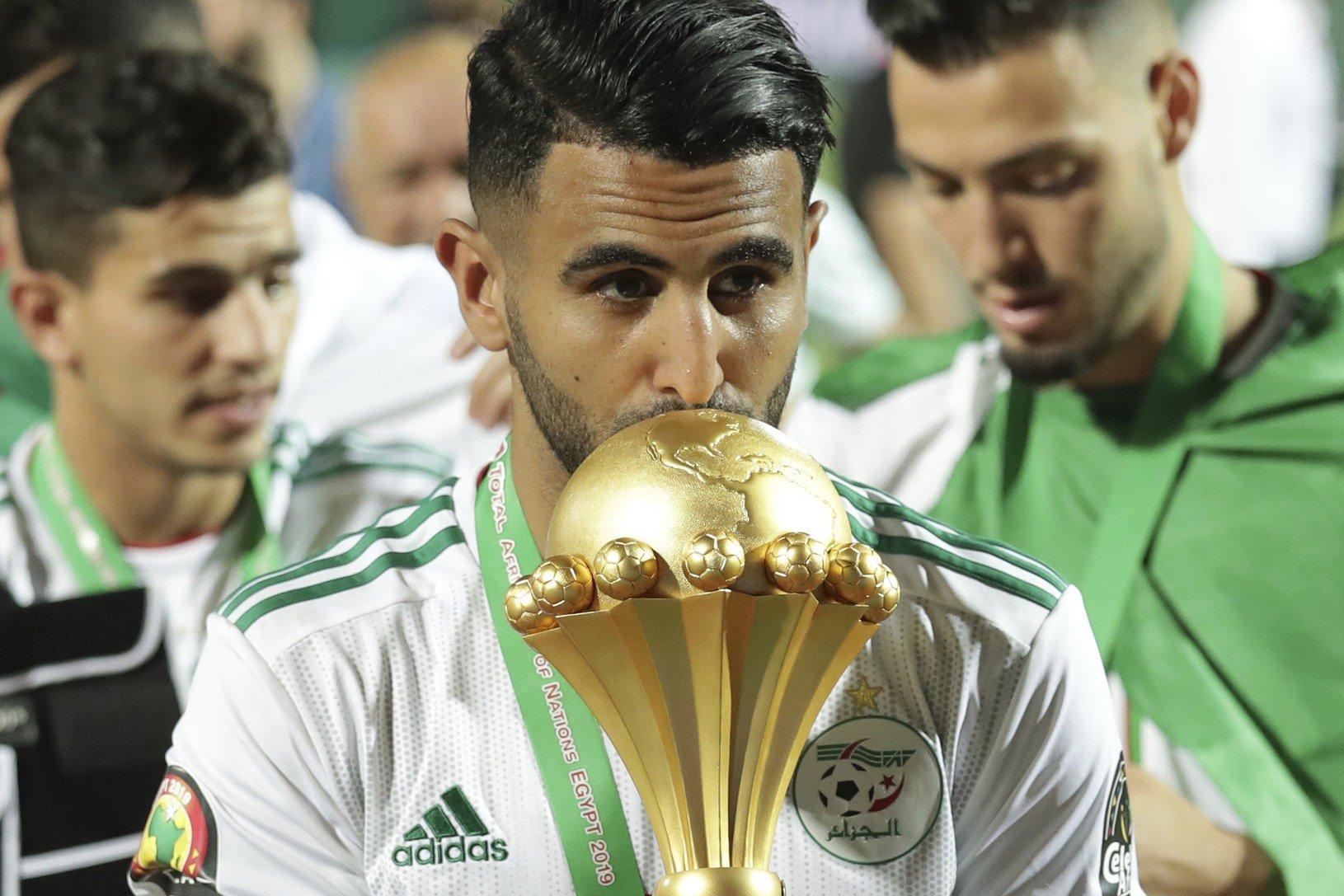 Na snímke kapitán alžírskej