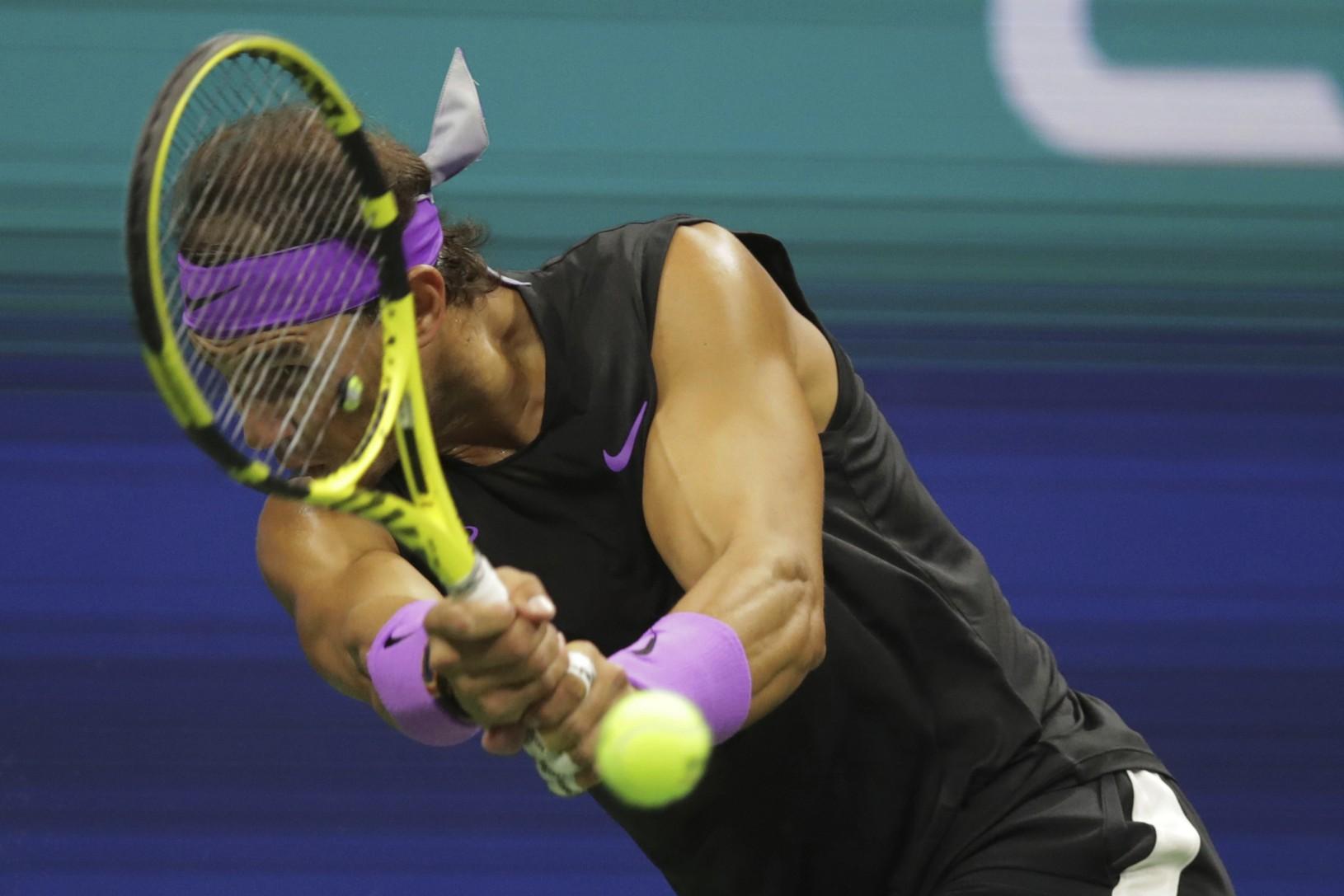 Rafael Nadal vracia loptu