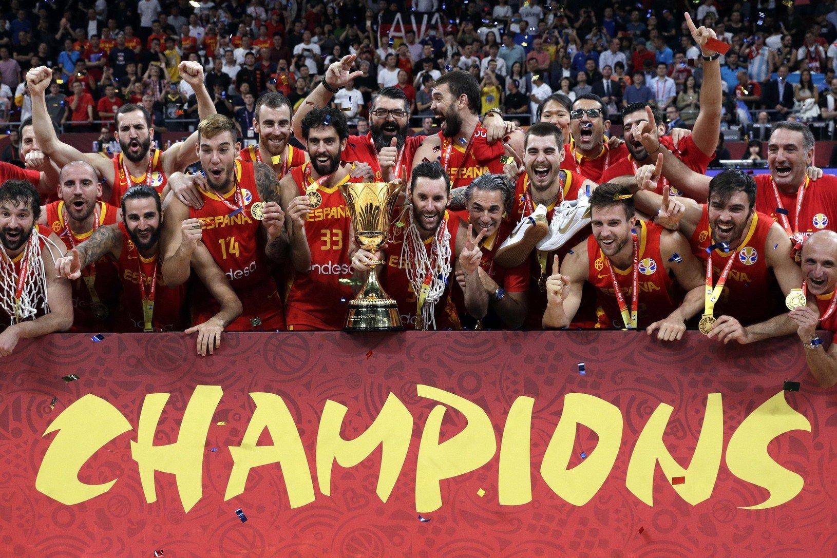 Španielski basketbalisti oslavujú titul