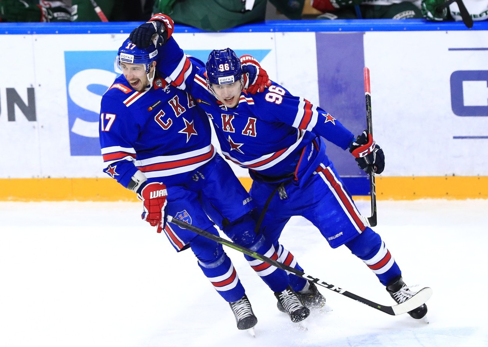 Hokejisti SKA Petrohrad oslavujú