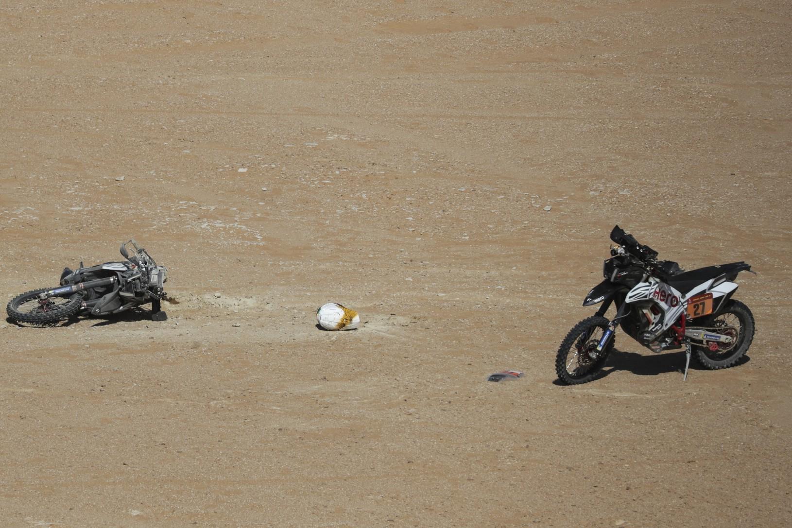 Motocykel (vľavo) portugalského pretekára