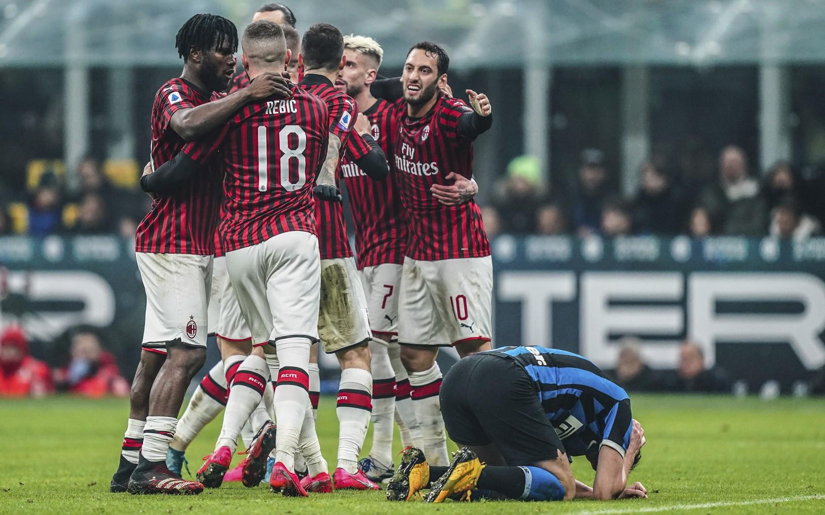 Futbalisti AC Miláno oslavujú