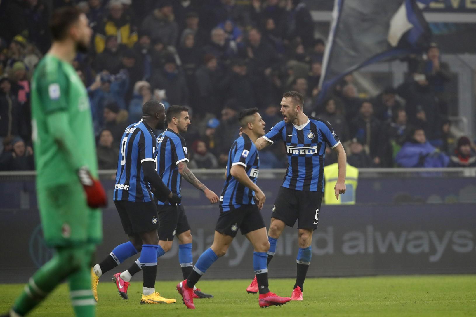 Futbalisti Interu Miláno oslavujú