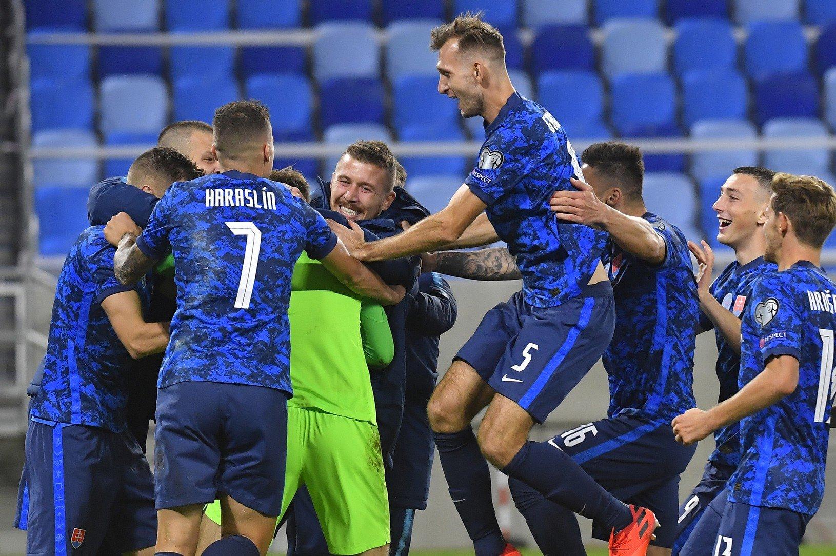 Slovenskí futbalisti po víťazstve