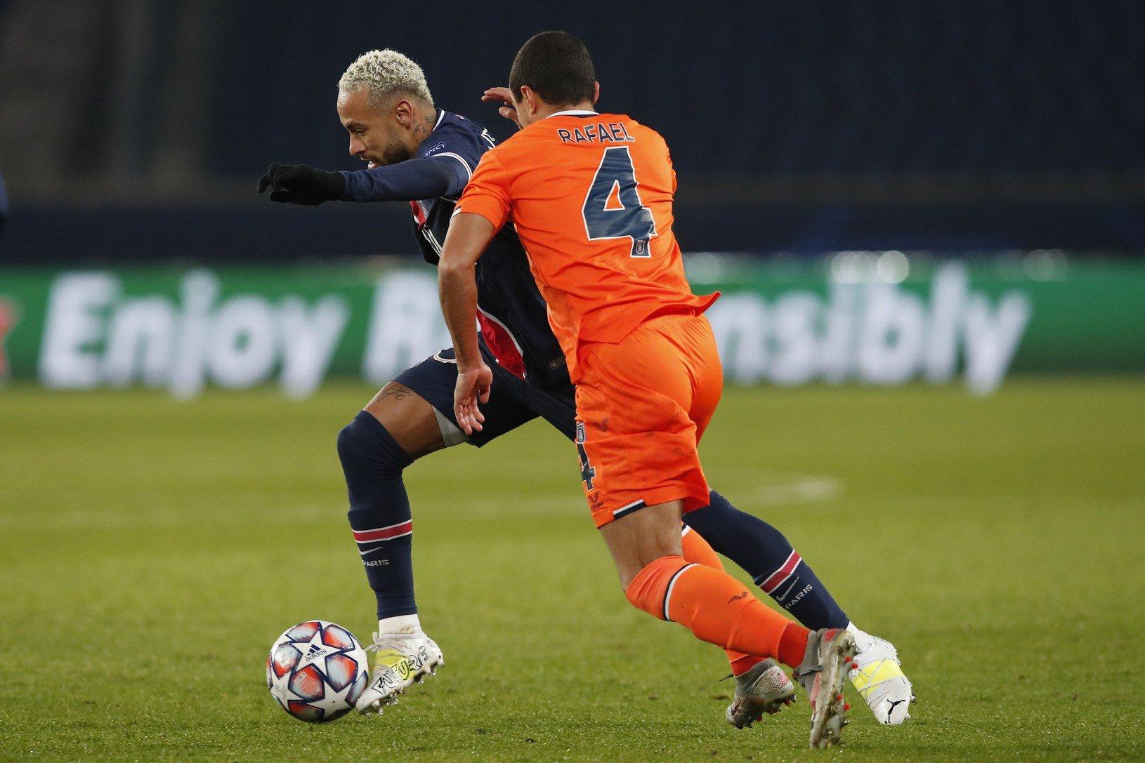 Hráč PSG Neymar (vľavo)