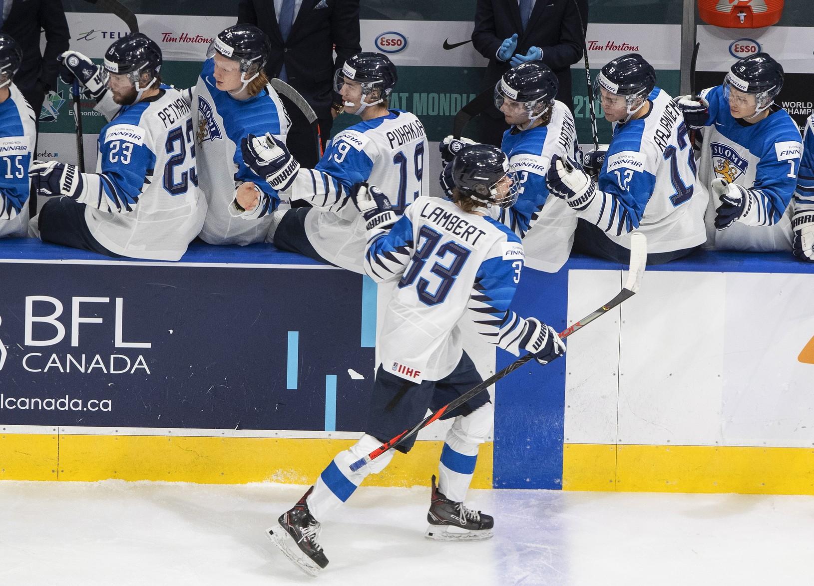 Hokejisti Fínska oslavujú gól