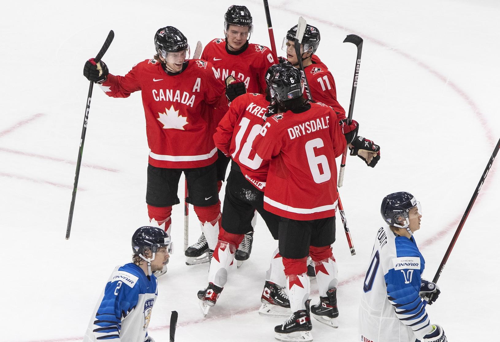 Hokejisti Kanady oslavujú gól