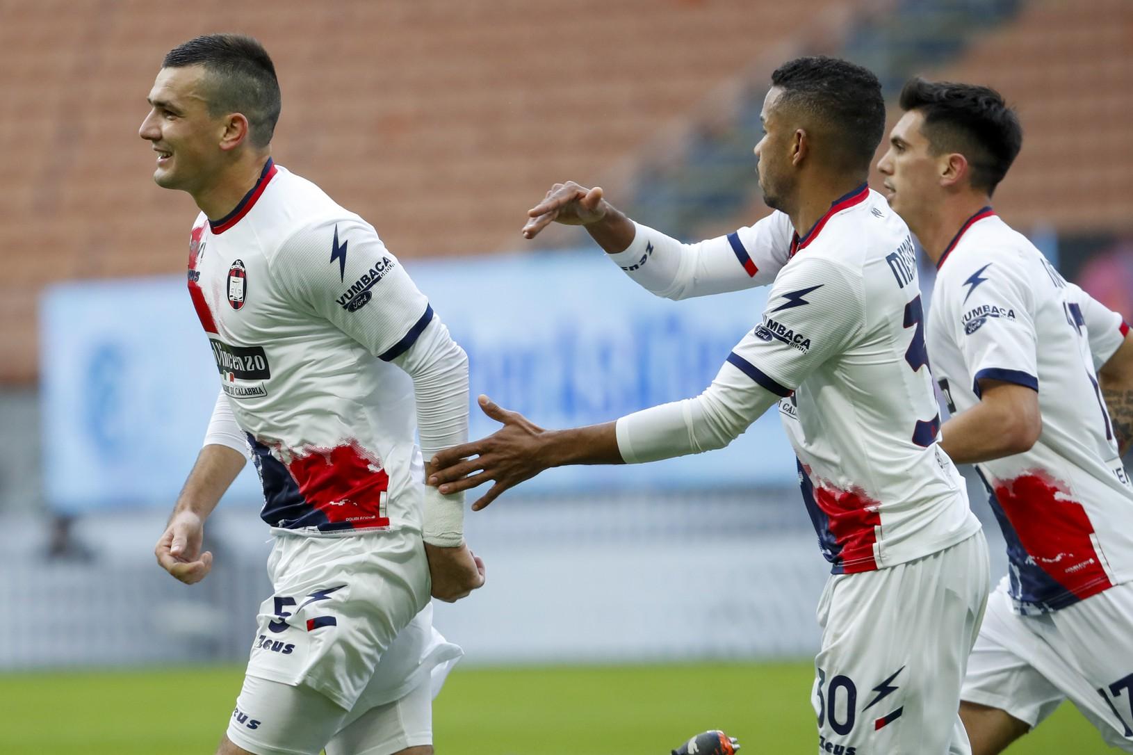 Hráči Crotone oslavujú gól