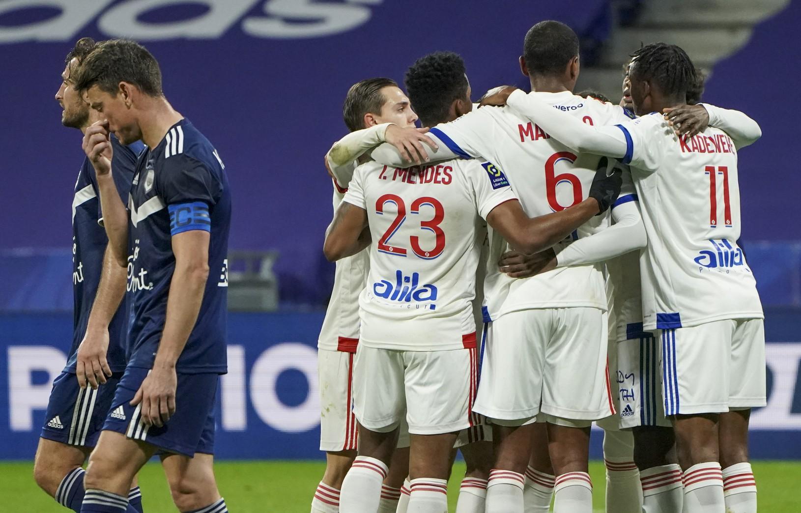 Futbalisti Lyonu oslavujú gól