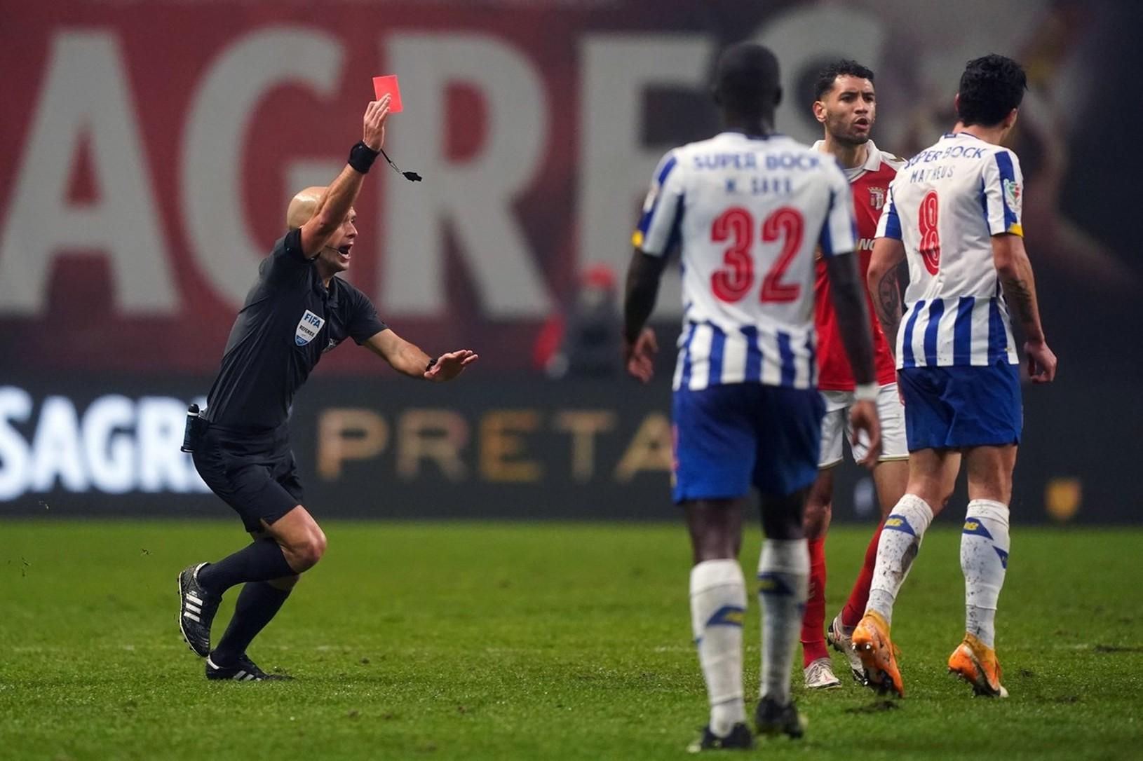 Luis Godinho udeľuje červenú