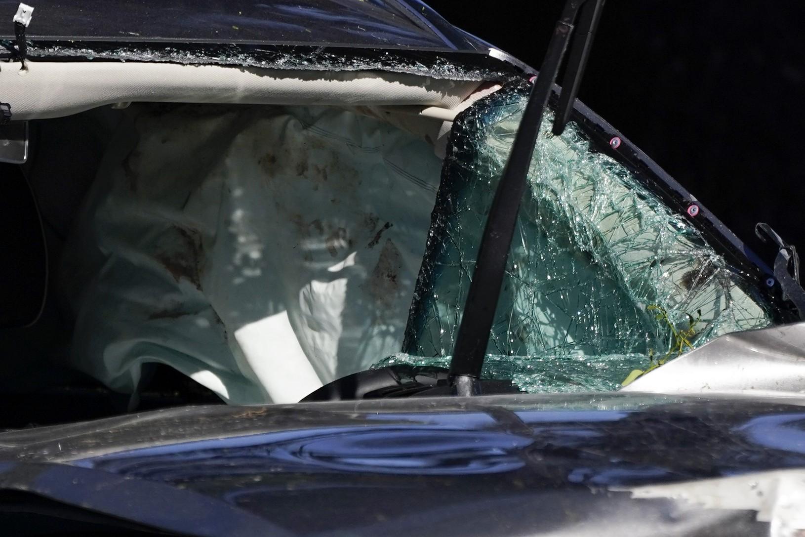 Zdemolované auto Tigera Woodsa