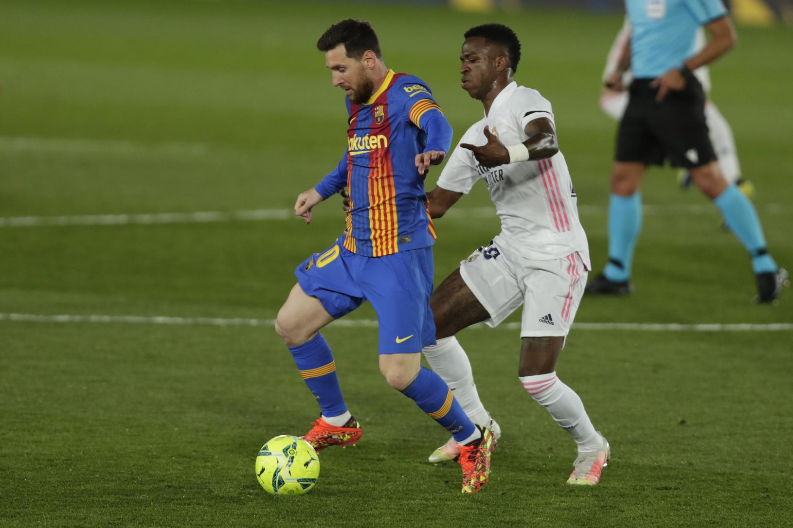 Lionel Messi vedie loptu