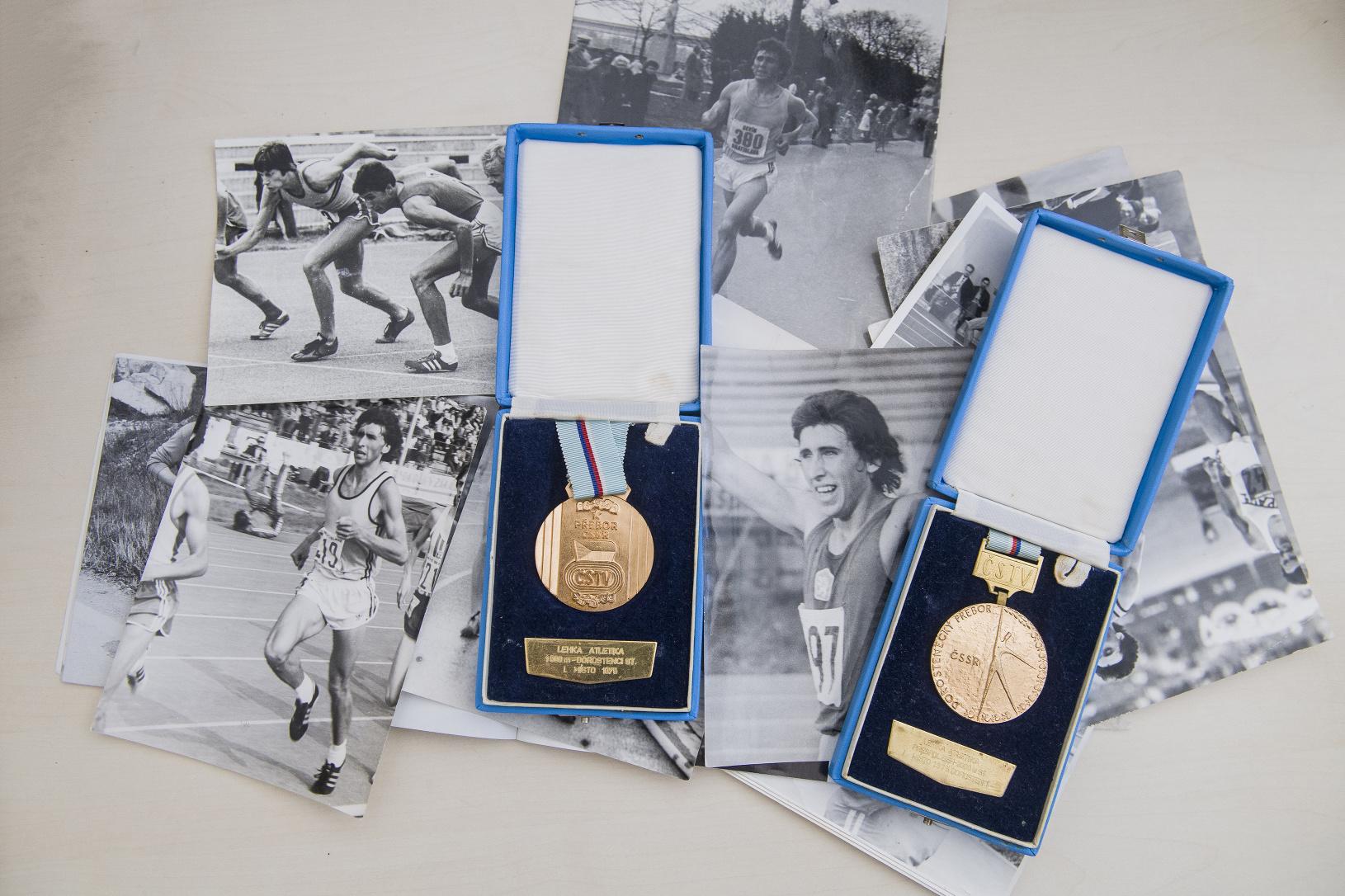 Na snímke medaily a