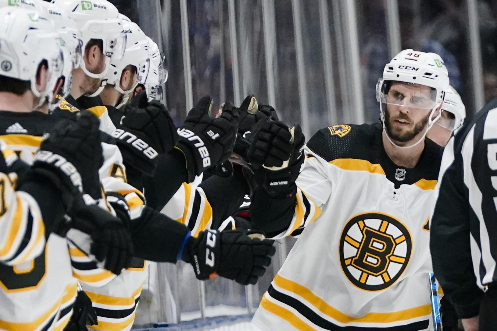 Hráč Bostonu oslavuje strelenie