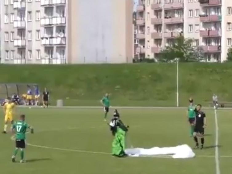 Parašutista prerušil futbalový zápas