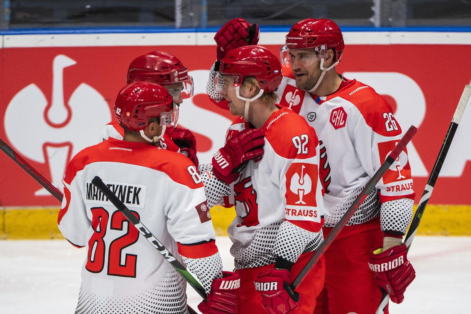 Na snímke hokejisti Třinca