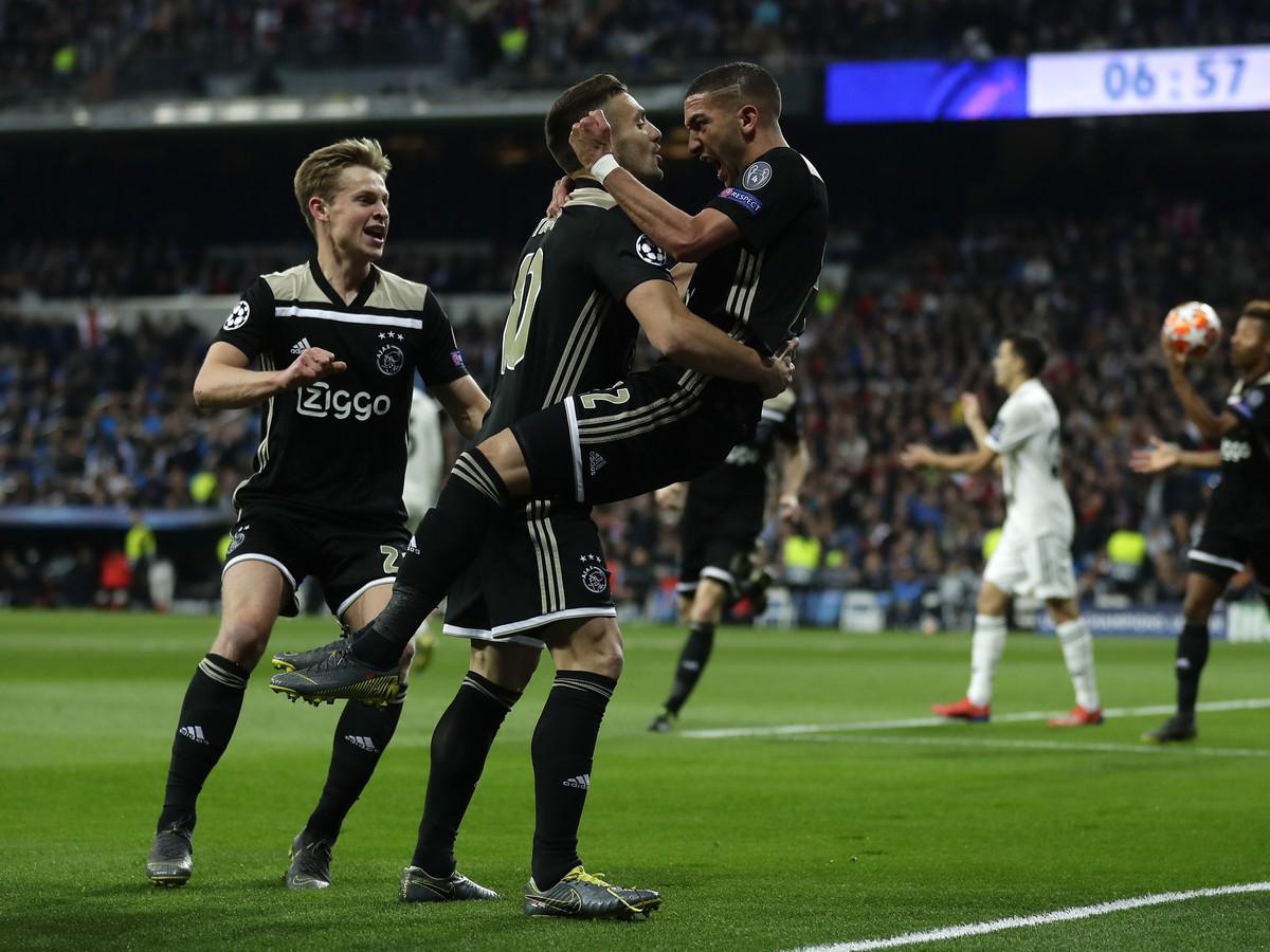 167dde384f Futbalista Ajaxu Amsterdam Hakim Ziyech (vpravo) sa teší so spoluhráčmi po  strelení úvodného gólu
