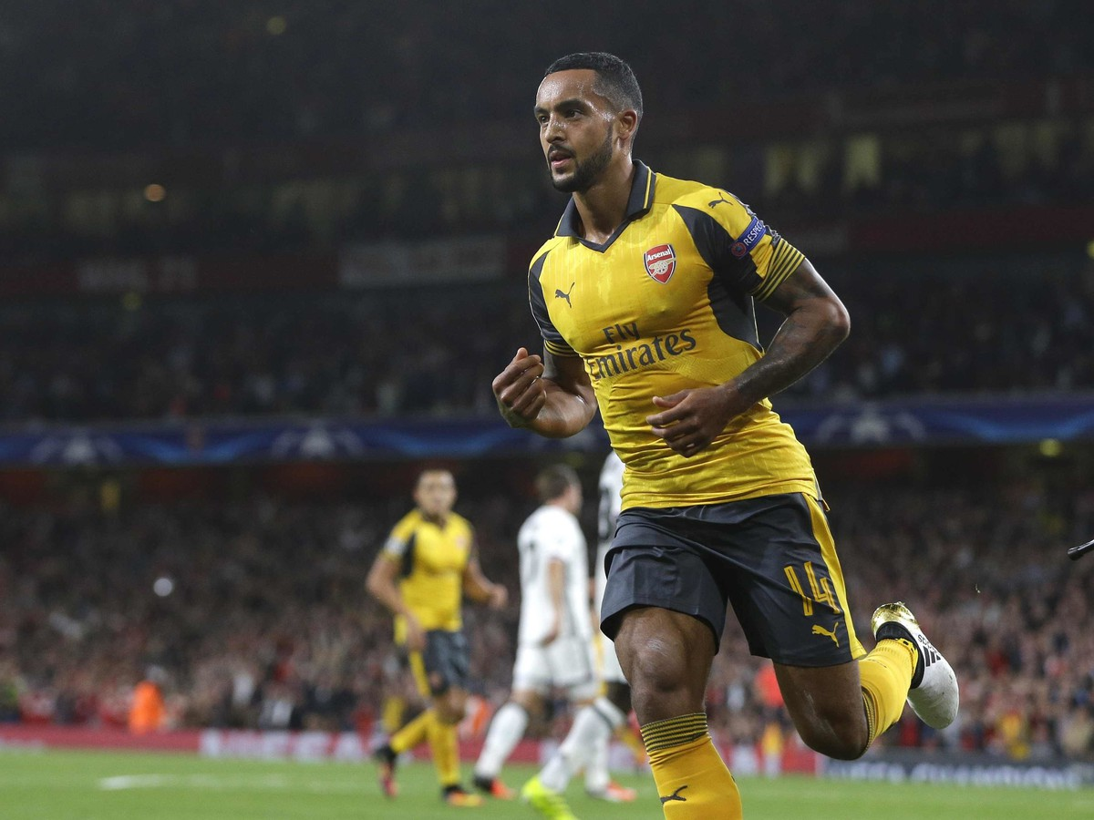 55675426b8d4d VIDEO Arsenal a PSG bez zaváhania: Hlavnými hrdinami Walcott a ...