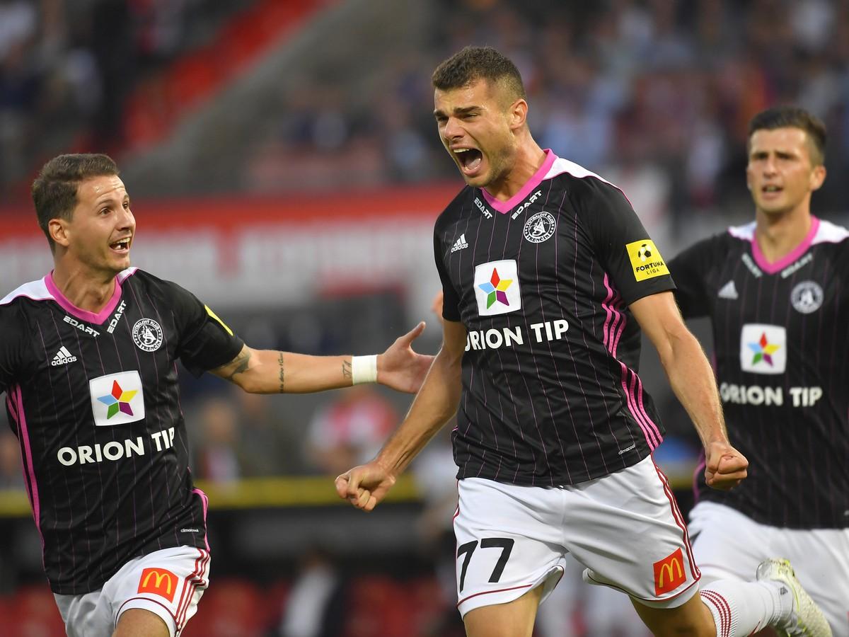 924f014395 Na snímke hráč AS Trenčín Antonio Mance (uprostred) sa teší z gólu