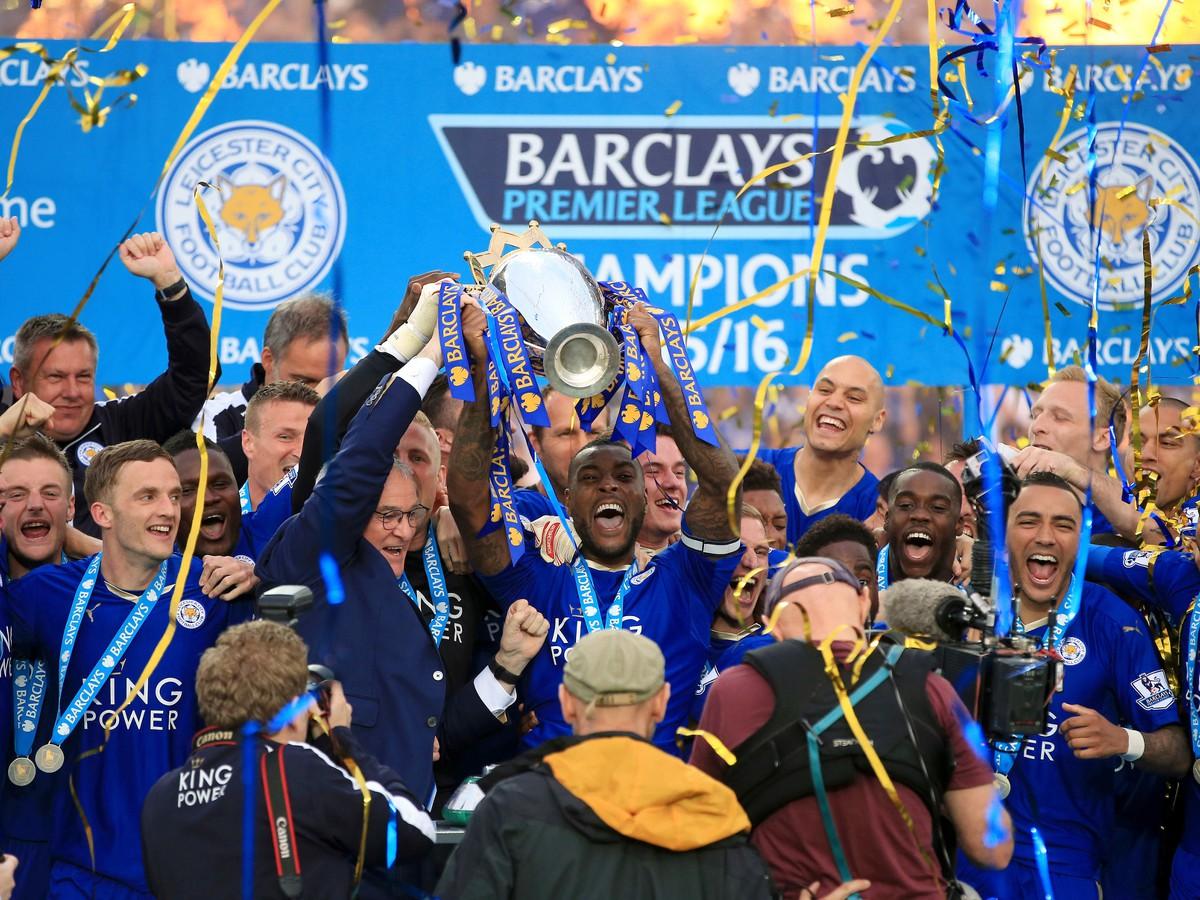 9f226b2d1dec5 VIDEO Leicester po ďalšom triumfe prebral majstrovskú trofej: United ...