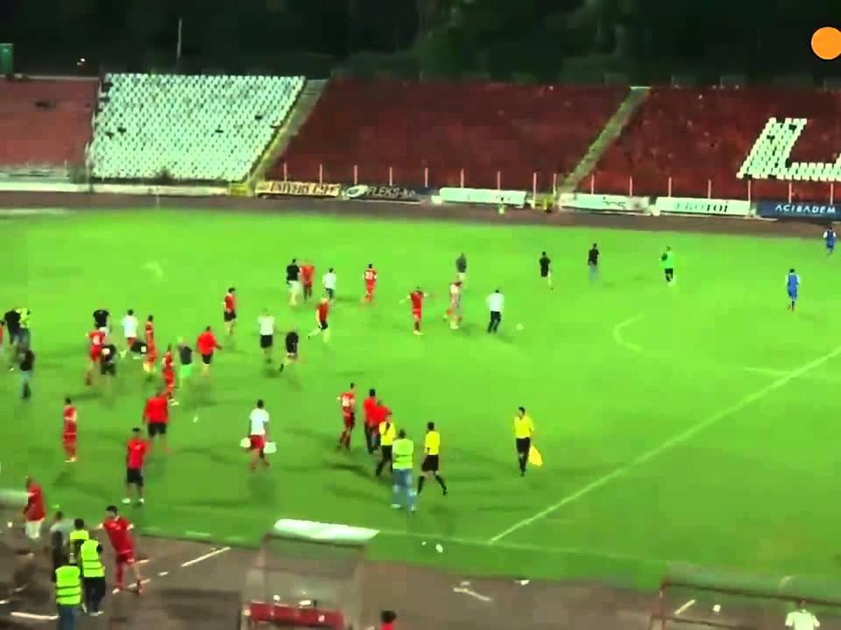 VIDEO Dráma v Bulharsku: Fanúšikovia Sofie priamo na ihrisku napadli súperových hráčov