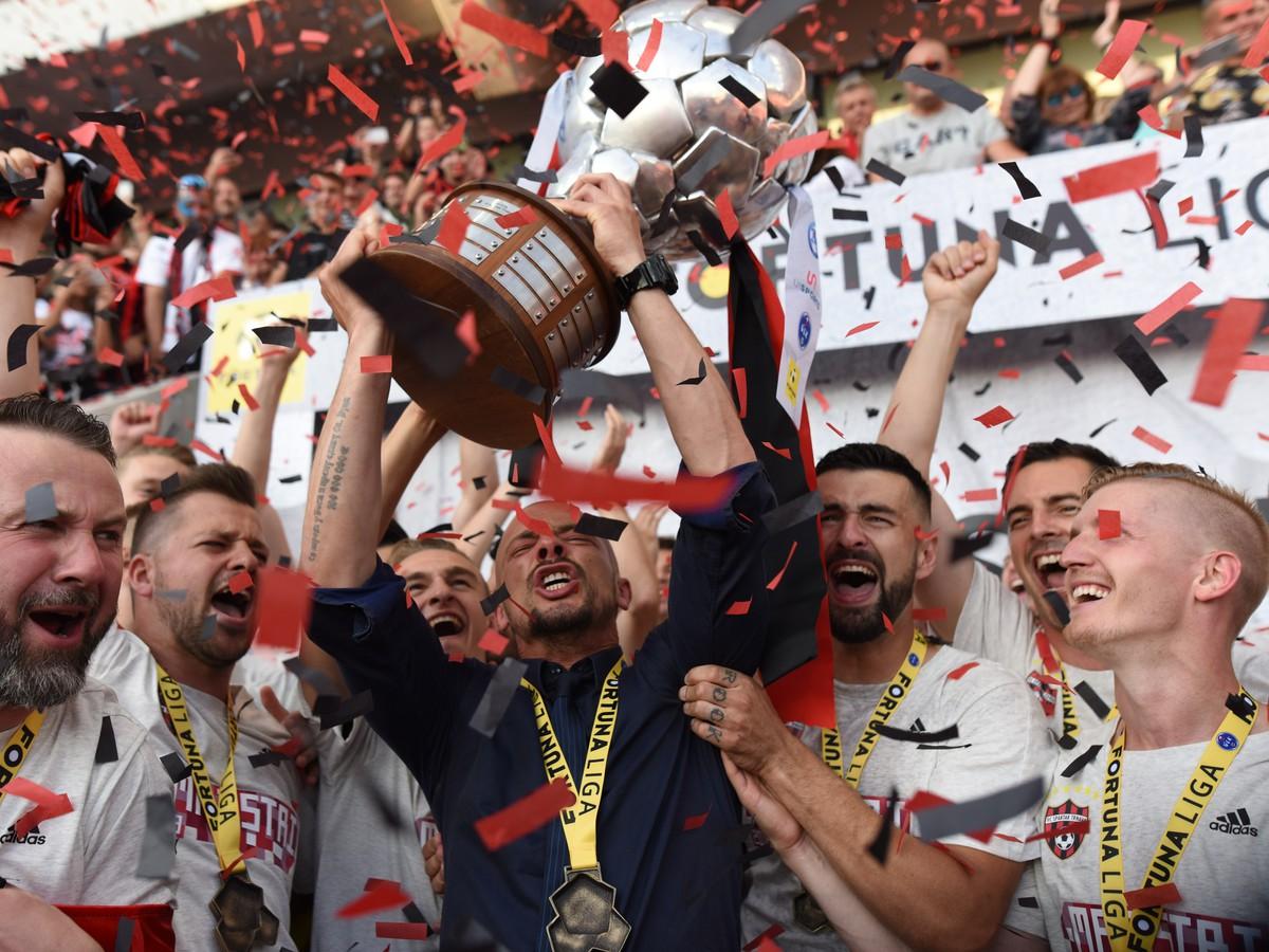 7269418cdcb56 Hráči FC Spartak Trnava a Nestor El Maestro s trofejou pre majstra