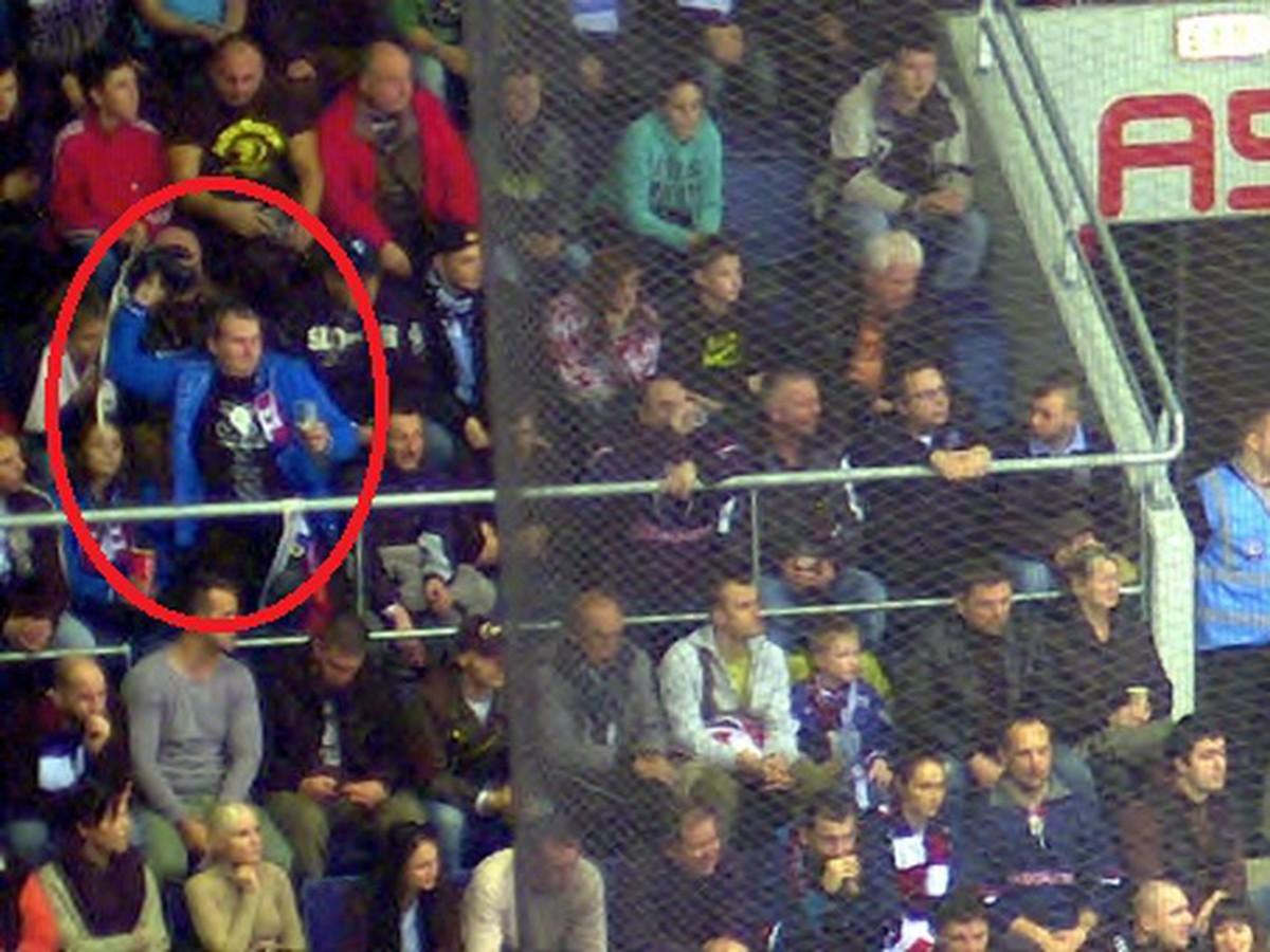 c3fbfa8ef204e Fanúšik hodil na ľad rukavicu: Ročný zákaz vstupu na zápasy Slovana ...