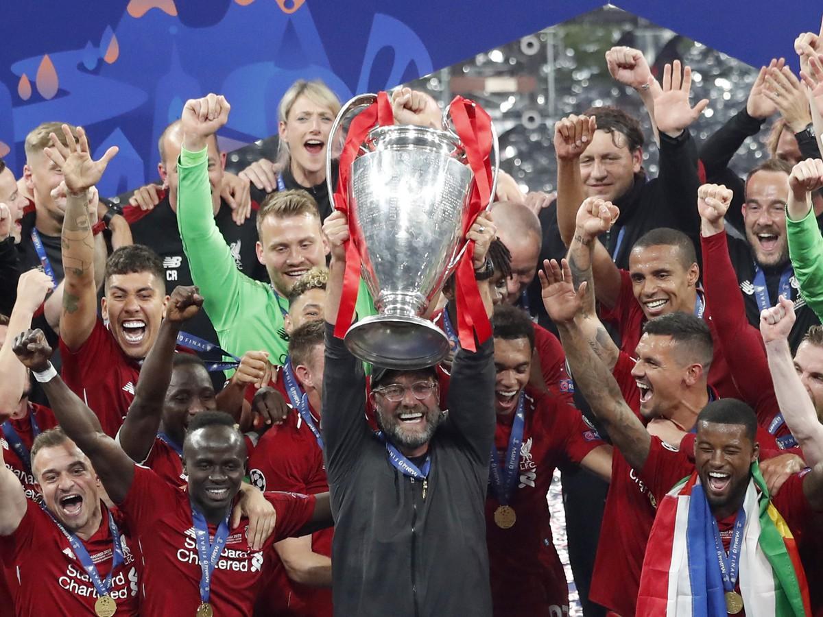 3509c8cd43 Tréner Liverpoolu Jürgen Klopp zdvíha trofej po vťazstve vo finálovom zápase  Ligy majstrov