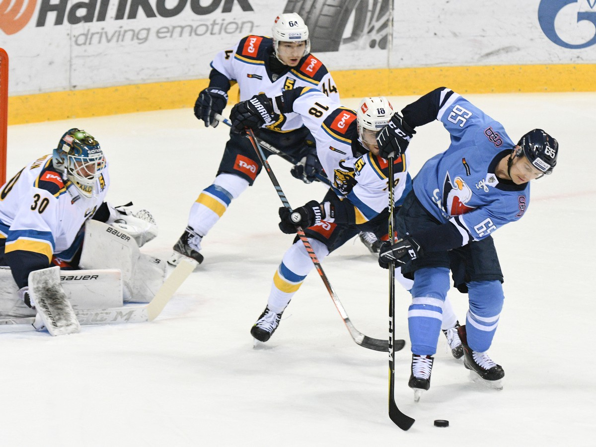 7c7da5108b8eb Sprava: Rudolf Červený z HC Slovan Bratislava, Yohann Auvitu, Damir Musin a  Konstantin