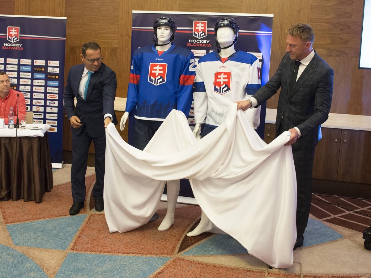 d5ed90a8b564 FOTO Odhalené nové dresy pre reprezentáciu  Toto budú nosiť naši ...