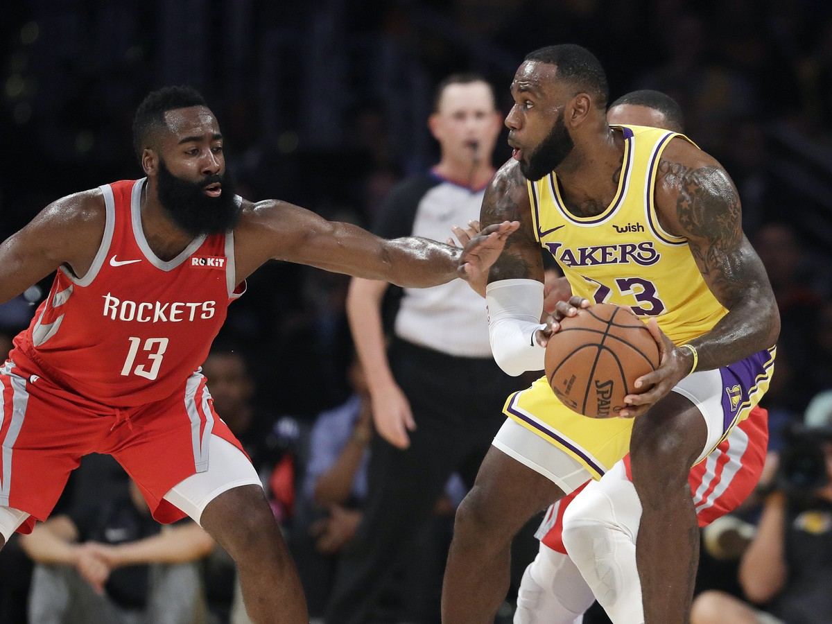 James Harden a LeBron James v súboji o loptu
