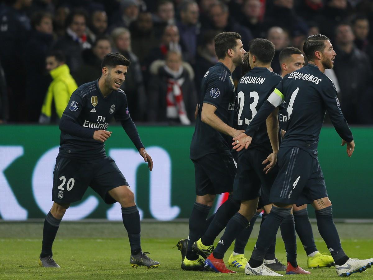 bf89c367b2 Hráči Realu oslavujú gól Hráči Realu oslavujú gól. AMSTERDAM - Futbalisti  Realu Madrid zvíťazili v stredajšom prvom osemfinálovom súboji Ligy majstrov  ...