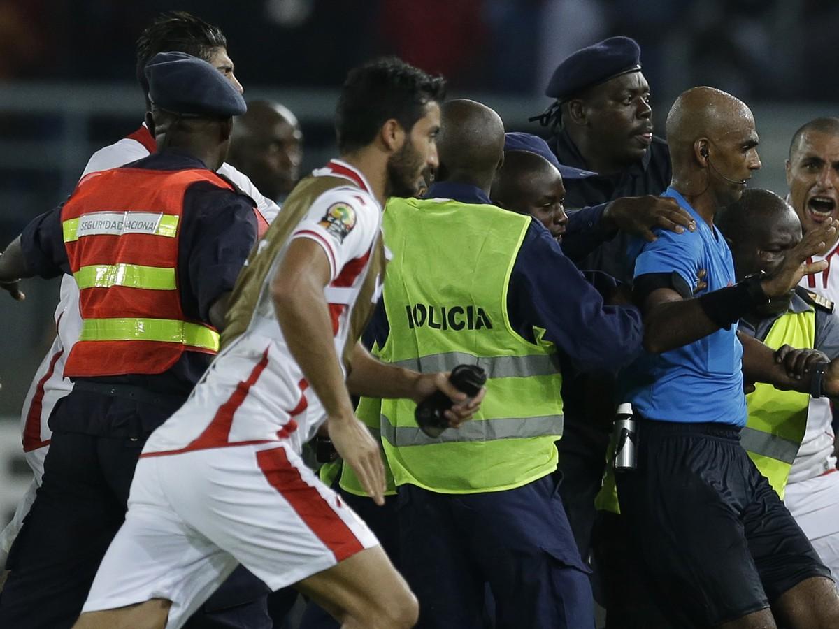 VIDEO Štvrťfinále Afrického pohára ovplyvnil rozhodca: Ukrivdení Tunisania ho atakovali