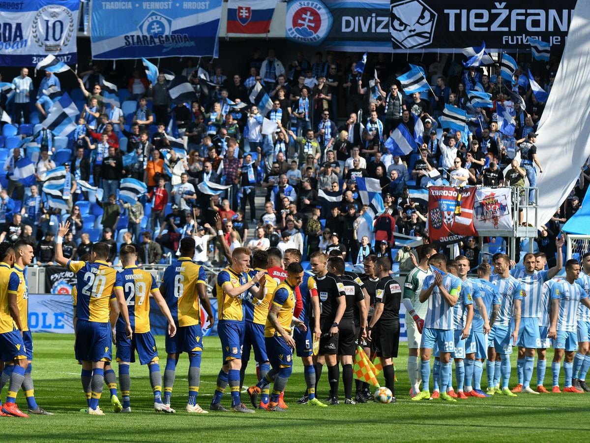 0e4fac7181 Nastúpené mužstvá a atmosféra na štadióne pred začiatkom zápasu 2. kola  nadstavbovej časti futbalovej Fortuna