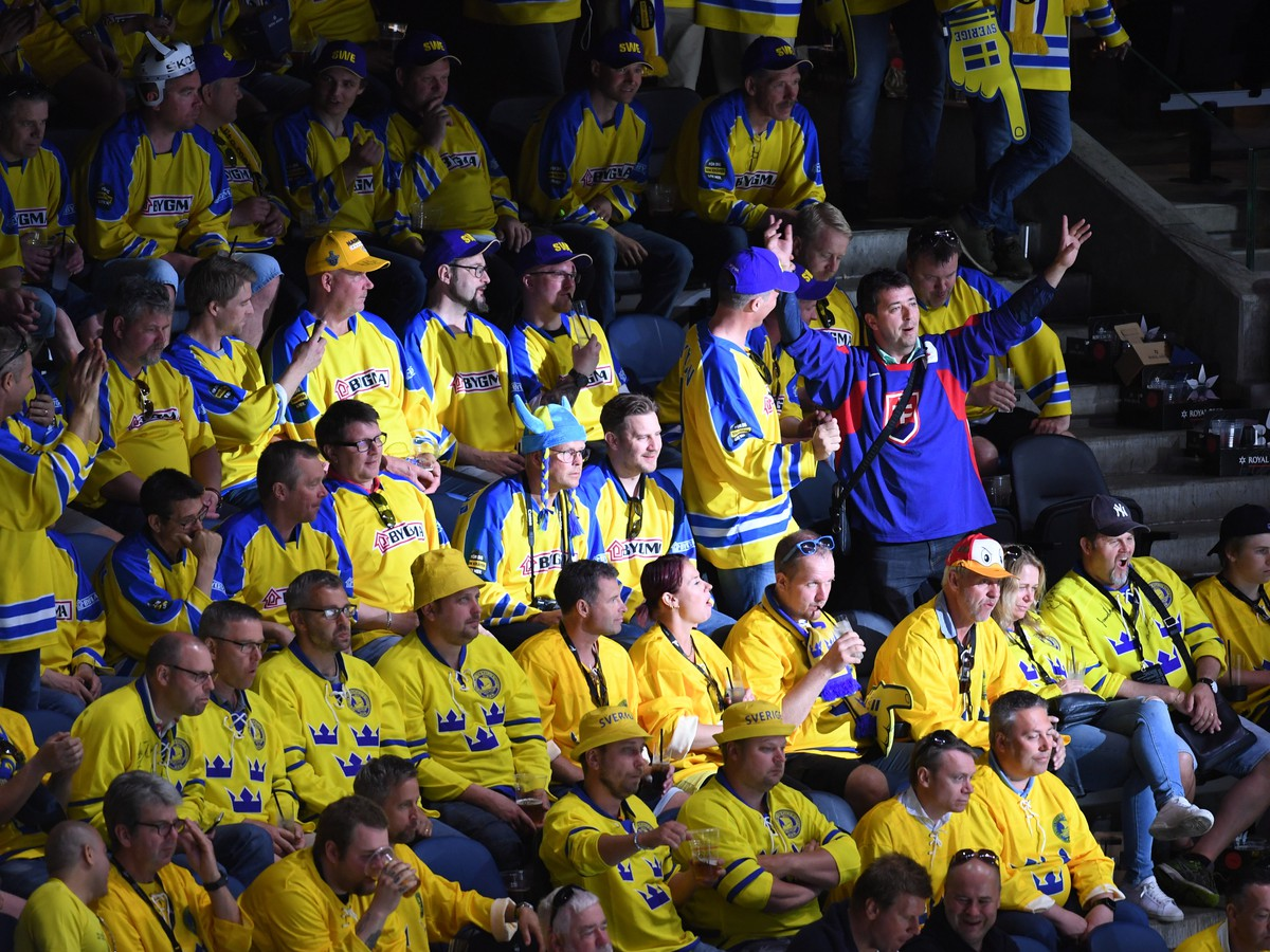 f22226f24 Slovenský fanúšik sa teší medzi švédskymi fanúšikmi po strelení  vyrovnávajúceho gólu na 3:3