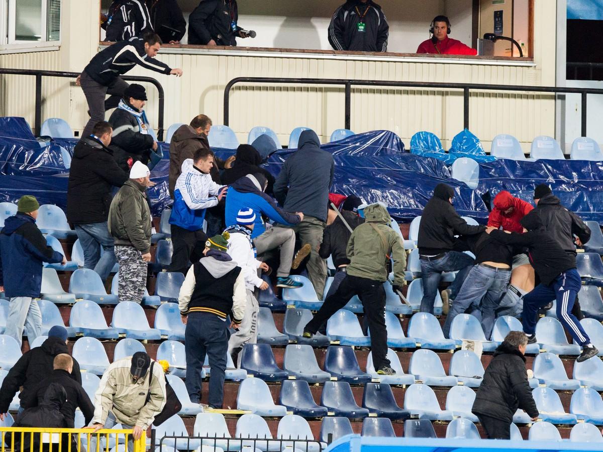 Masaker na zápase Európskej ligy: Chuligáni vyhnali slušných fanúšikov zo štadióna