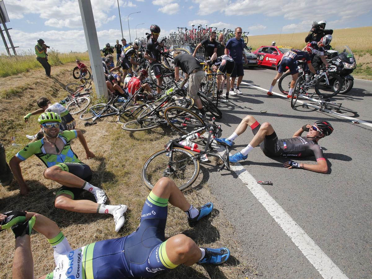 Hromadný pád v 3. etape Tour: Zranení jazdci a reštart pretekov, toto sú správy o Saganovi
