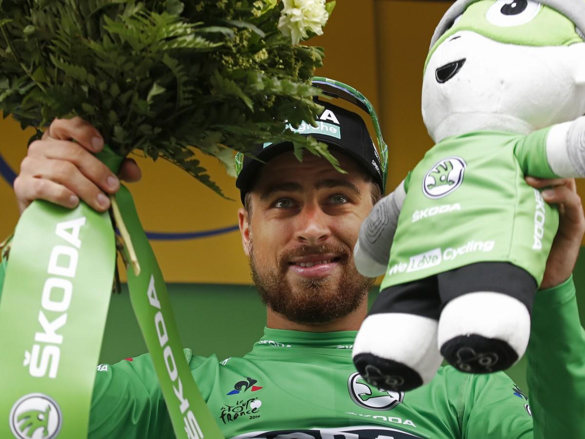 cb70f89895cc8 Slovenský cyklista Peter Sagan v zelenom drese lídra bodovacej súťaže sa  teší na pódiu