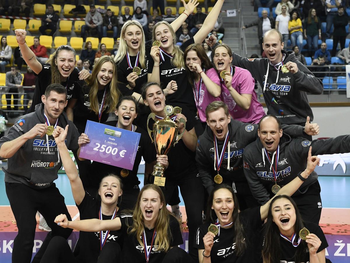 Hráčky VK Slávia EU Bratislava pózujú s pohárom pre víťazky Slovenského  pohára a46cd478b8