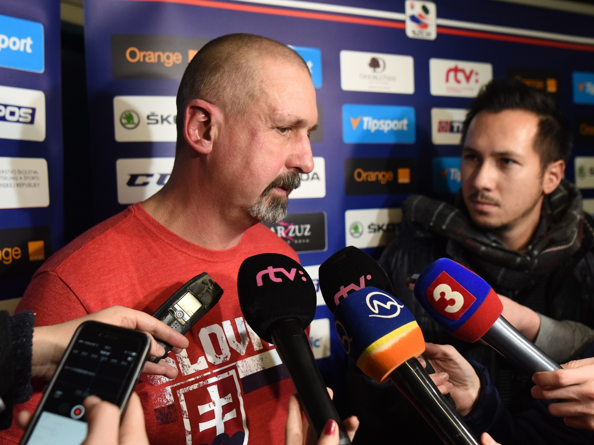 08ef7498e1a33 Tréner slovenskej hokejovej reprezentácie Zdeno Cíger počas rozhovoru pre  médiá