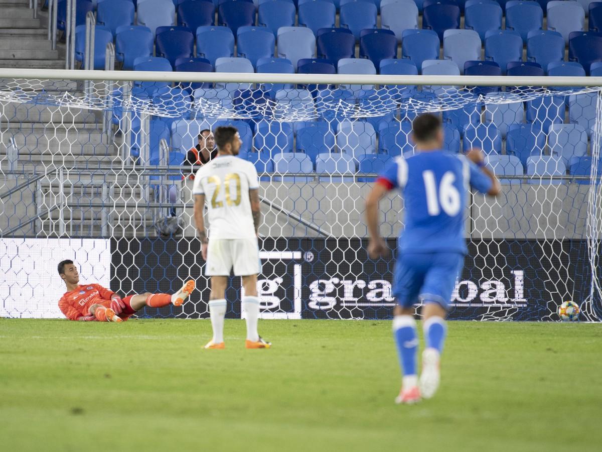 40ce3af1c Brankár Slovana Dominik Greif reaguje po inkasovaní vyrovnávajúceho gólu